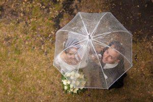 Photo de mariage couple sous la pluie, probleme meteo à lyon